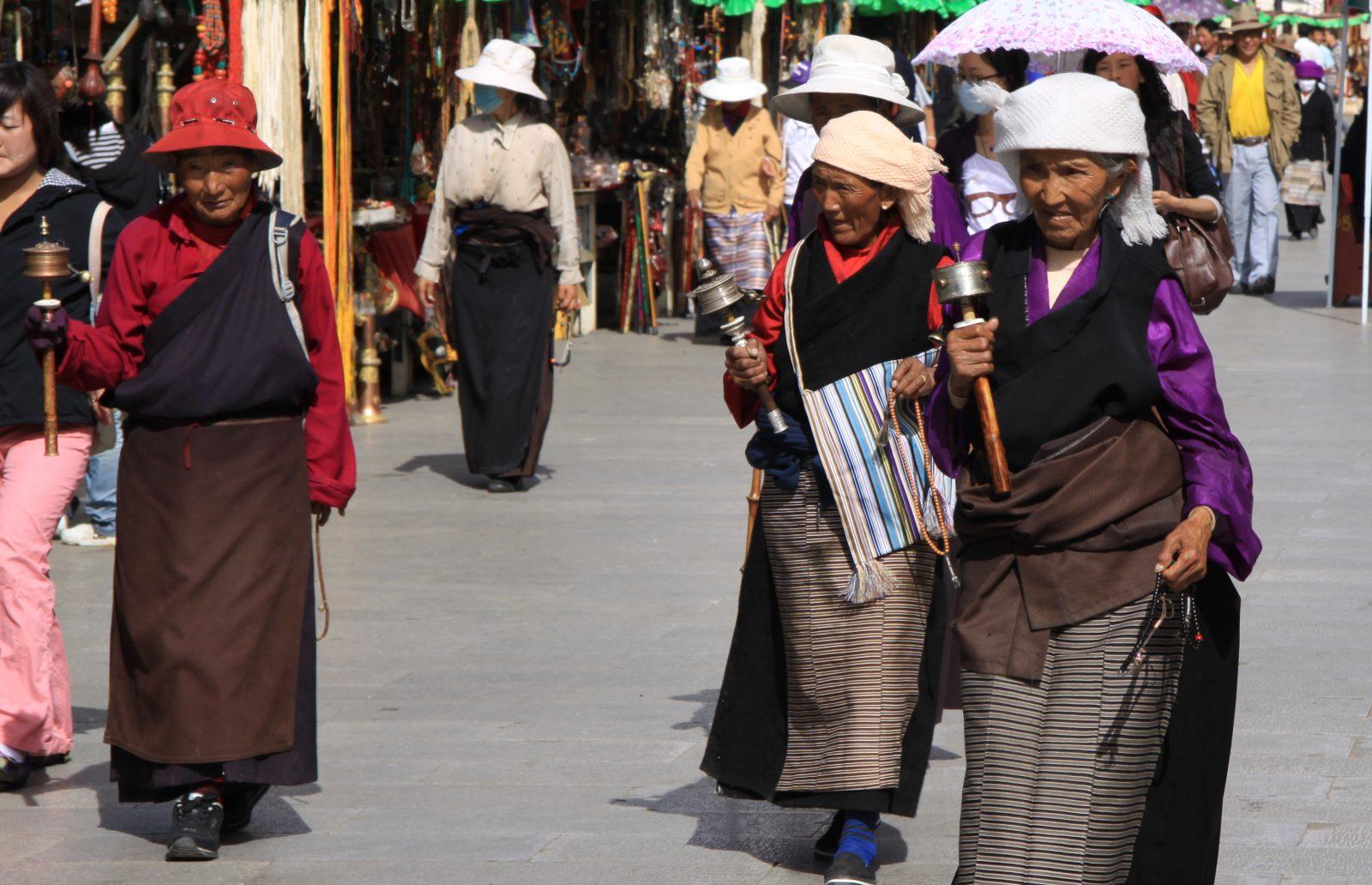 """Tibetaner mit """"Handy"""""""